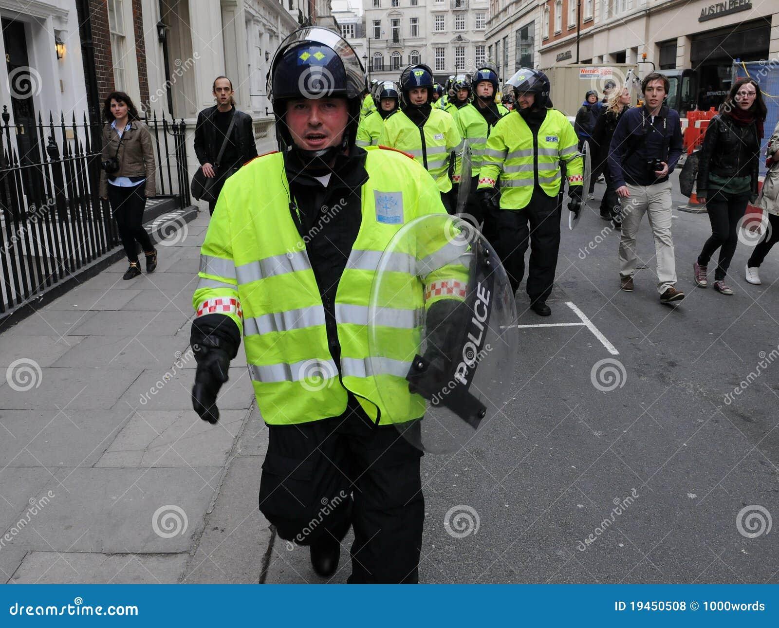 La policía de alboroto en Anti-Cortó protesta en Londres