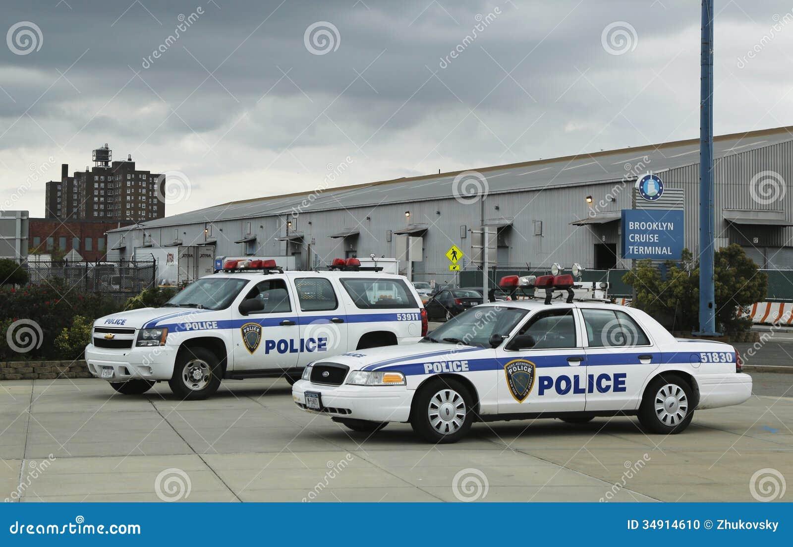 La policía New York-new Jersey de Port Authority que proporcionaban la seguridad para el barco de cruceros de Emerald Princess atr