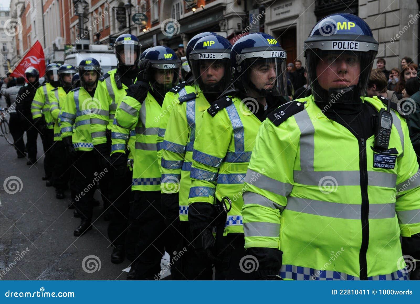 La police d émeute en état d alerte à une austérité proteste
