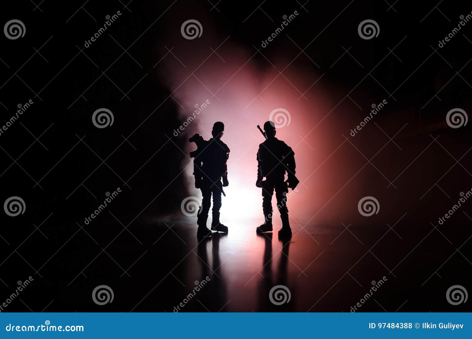 La polizia di Anti-tumulto dà il segnale essere pronta Concetto di potere di governo Polizia nell azione Fumo su un fondo scuro c