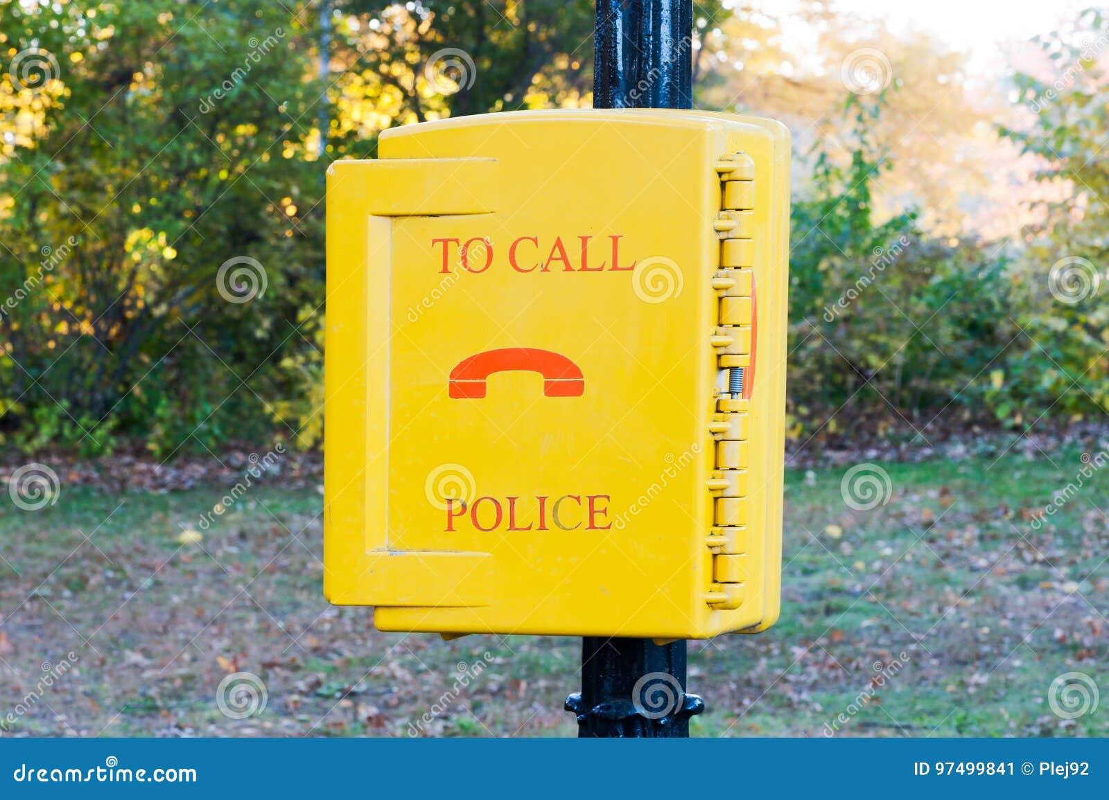 La polizia di chiamata d emergenza ingiallisce la scatola in un parco di New York City