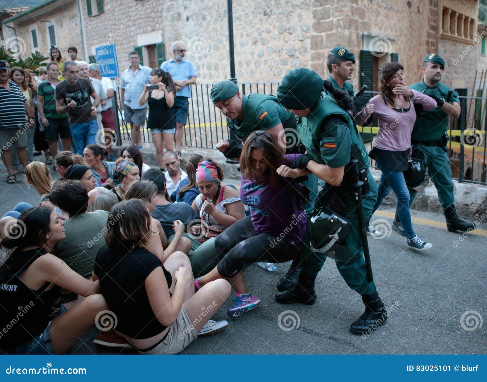 La polizia espelle una protesta contro un toro fatto funzionare in Mallorca
