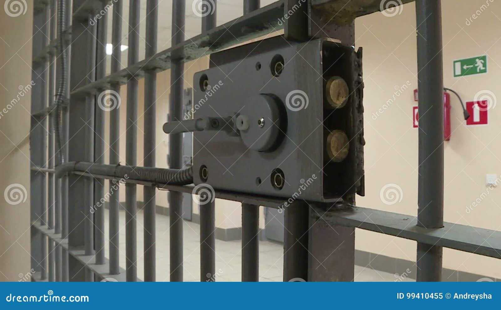 La porta del ferro in prigione archivi video