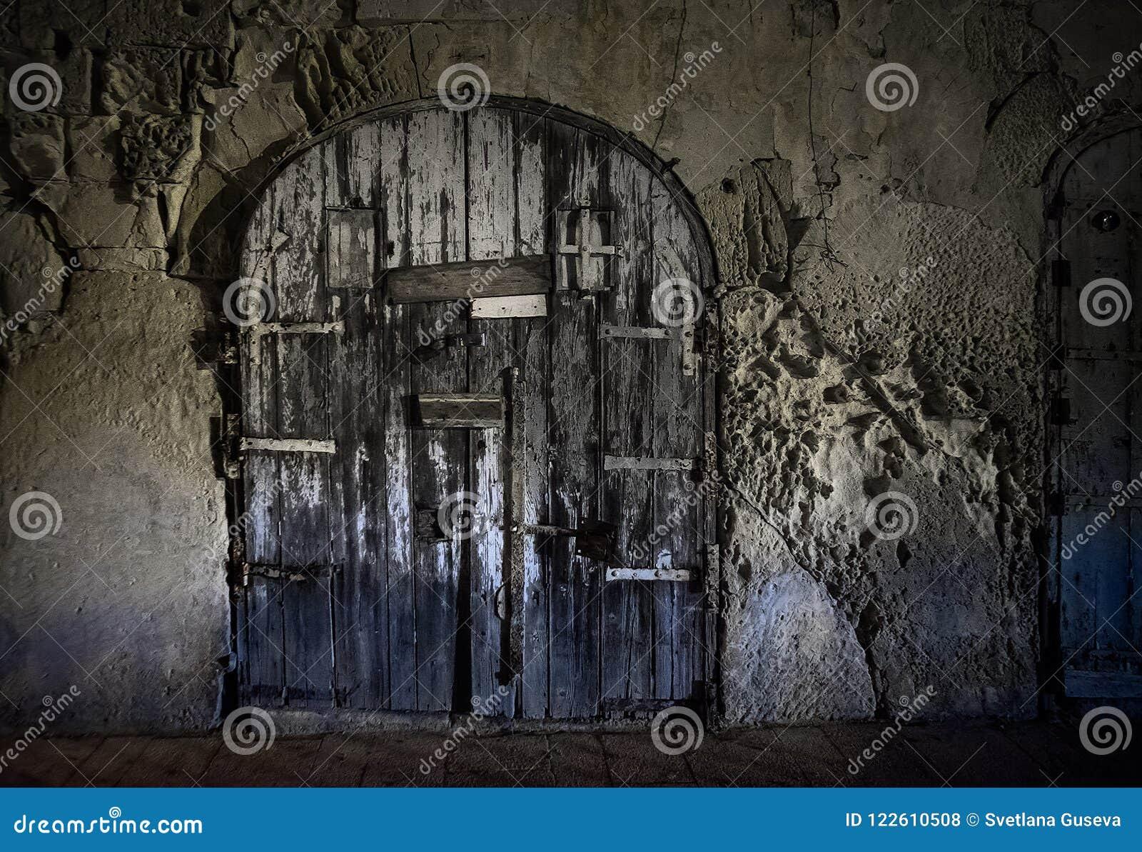 La porte fermée sombre de la ville de La Valette malte