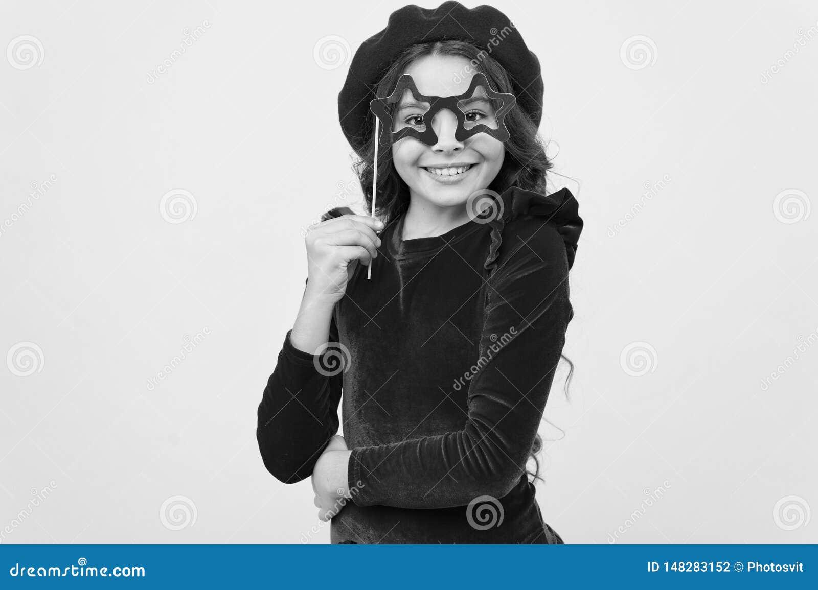 La pose gaie de fille d enfant avec des lunettes font la f?te l attribut Lets ont l amusement Concept d accessoires de partie Ell