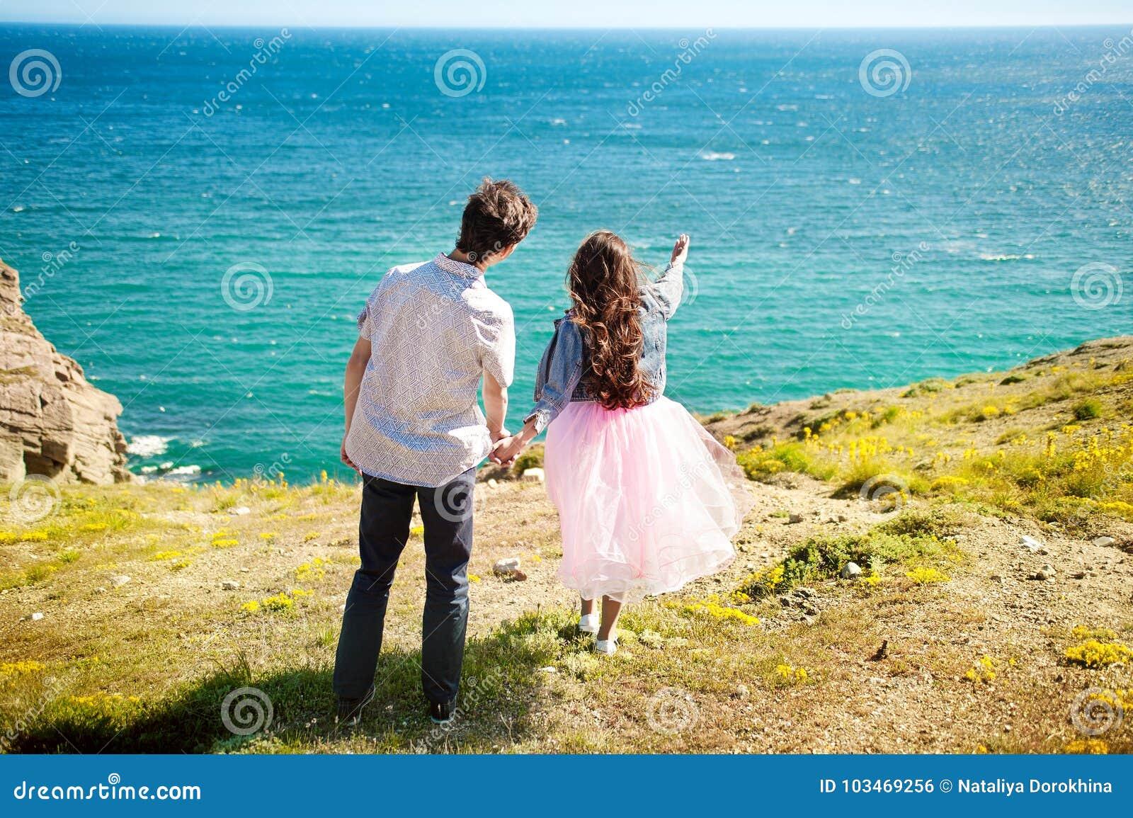 La position de voyageurs homme et de femme de couples détendent dans une hausse Concept heureux de mode de vie d émotions d amour