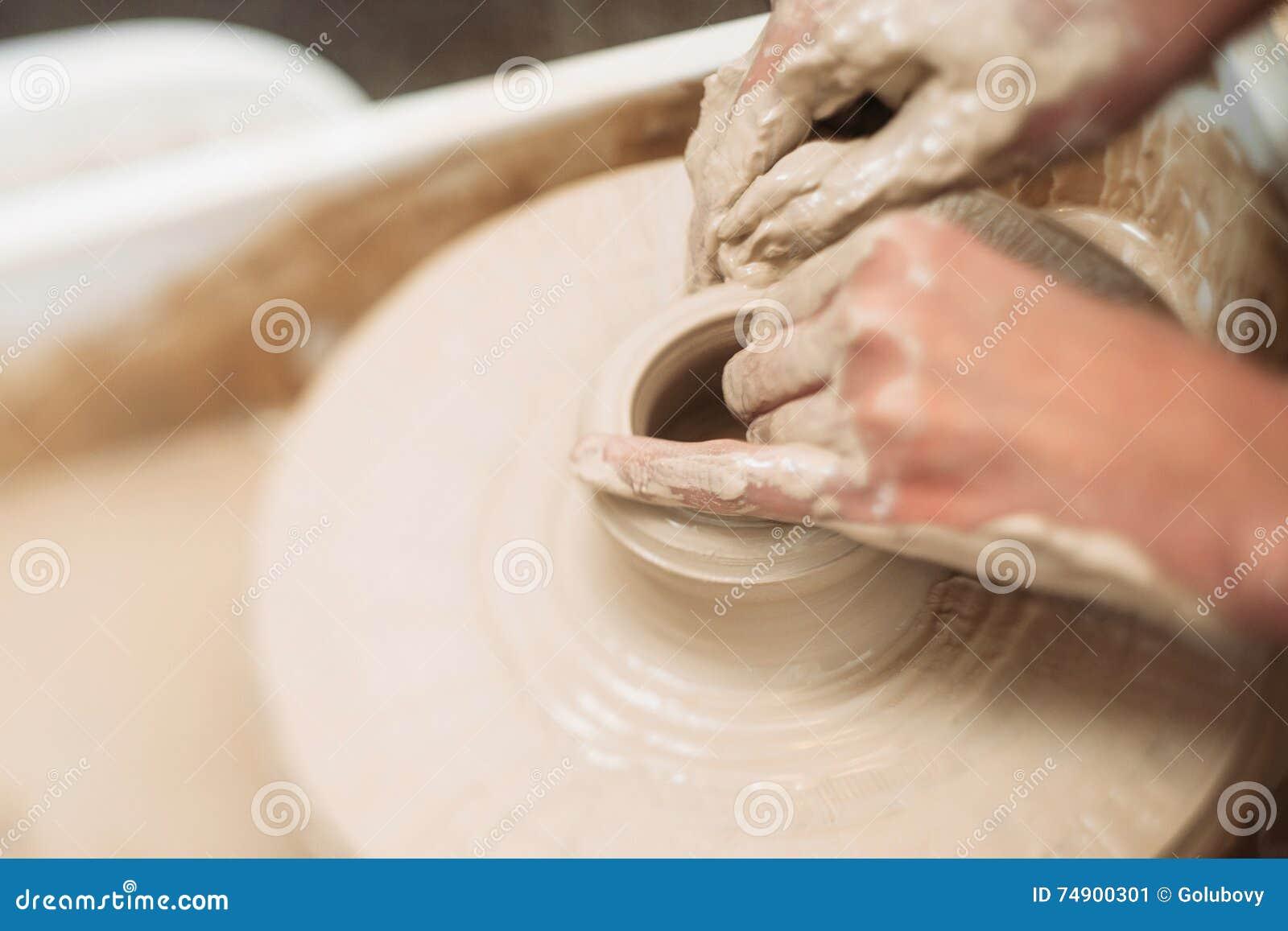 La poterie classe, étudiant faisant le pot d argile sur la roue