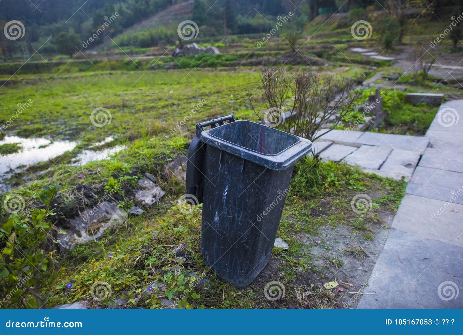 La poubelle au bord du champ