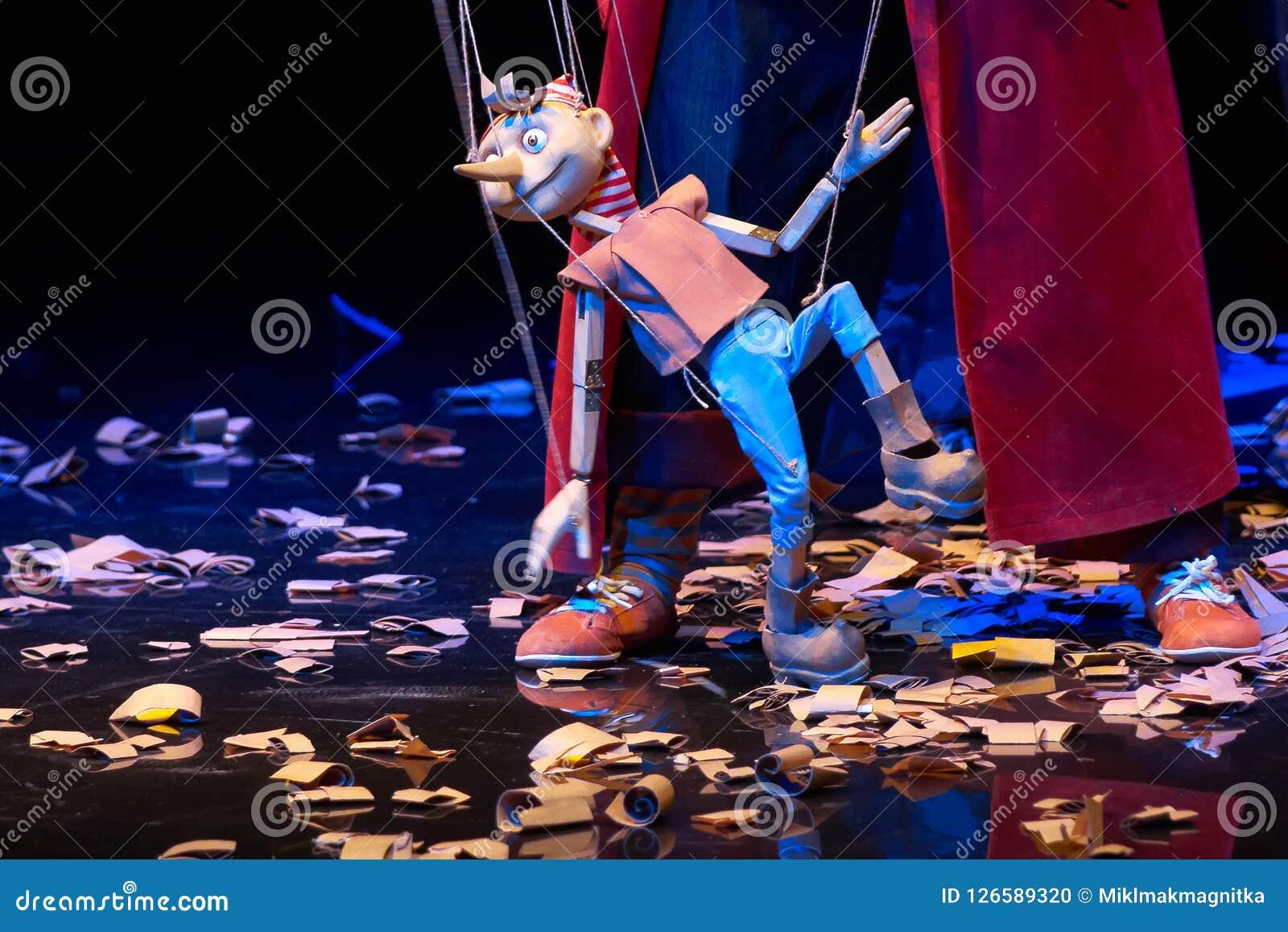 La poupée en bois de Pinocchio marche autour de la sciure