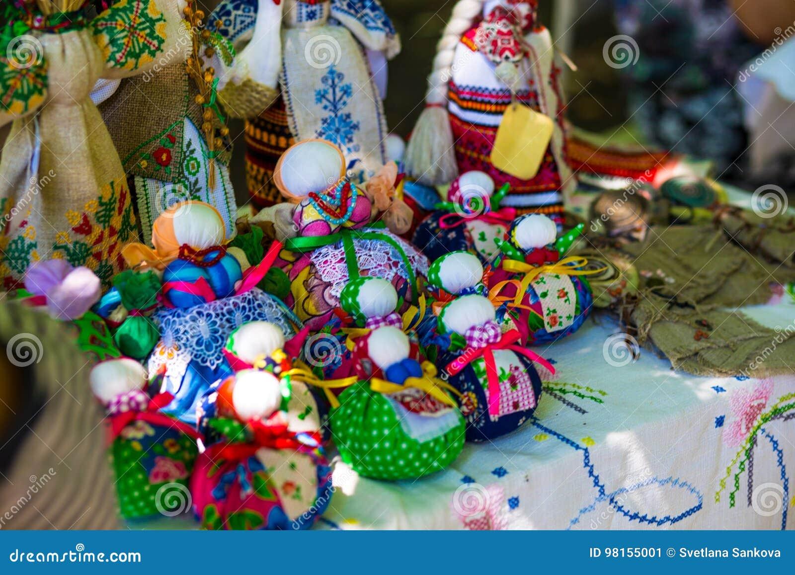 La poupée est faite en tissu Poupée cousue dans un costume traditionnel, fait main Motanka de poupée Tradition russe le fabriqué