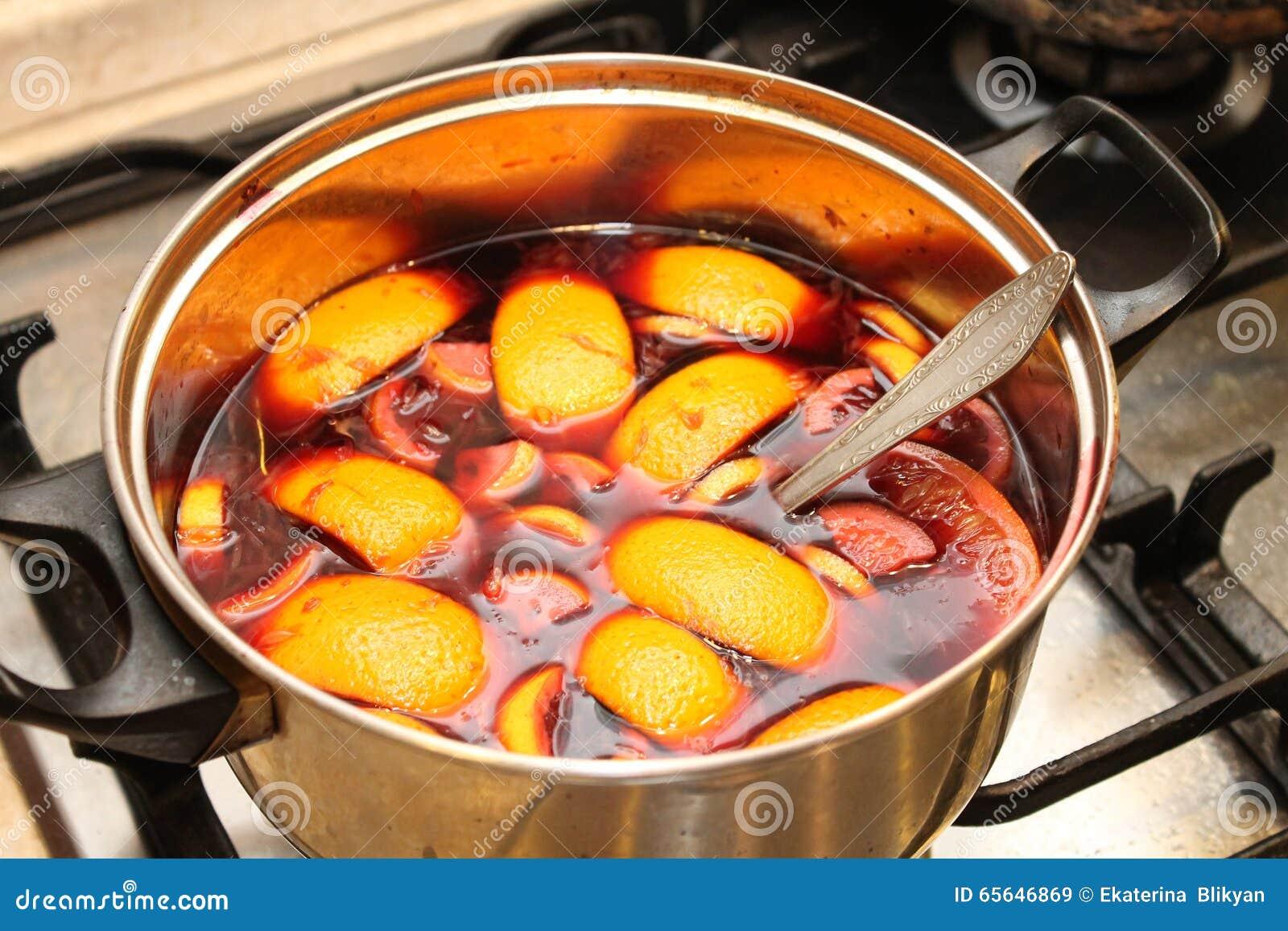 La préparation du vin chaud