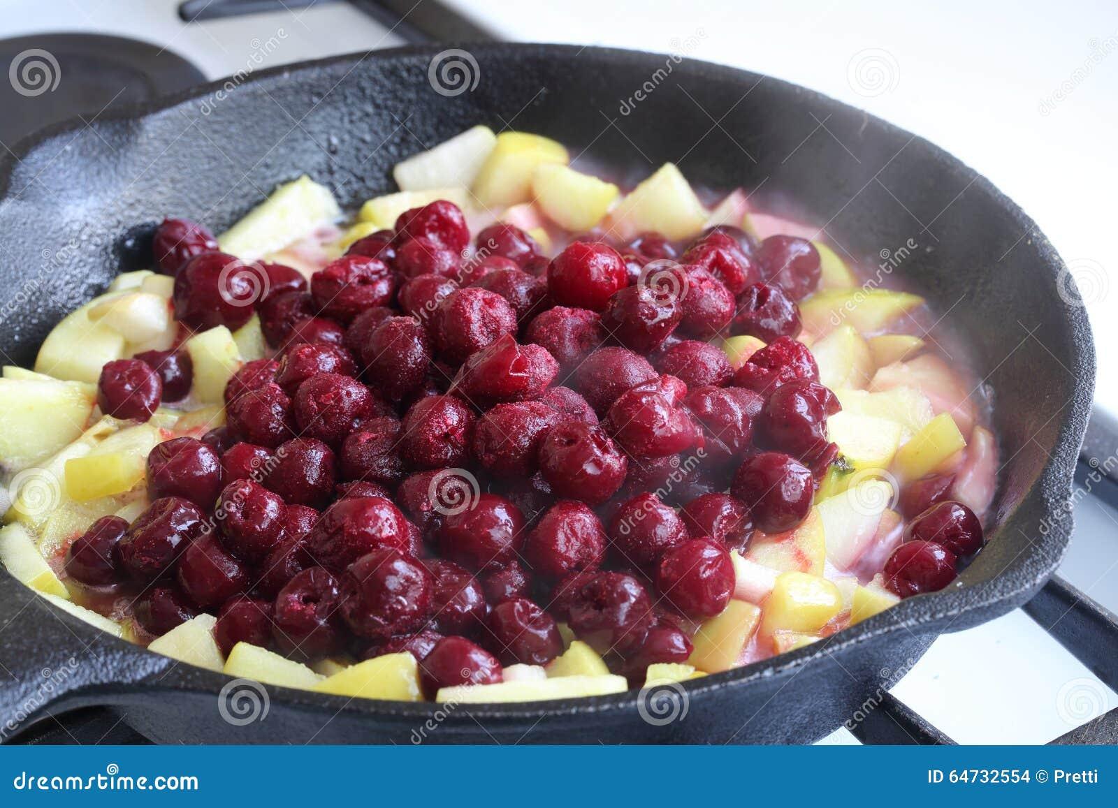 La preparación del es empanada de la Apple-cereza (el milhojas)