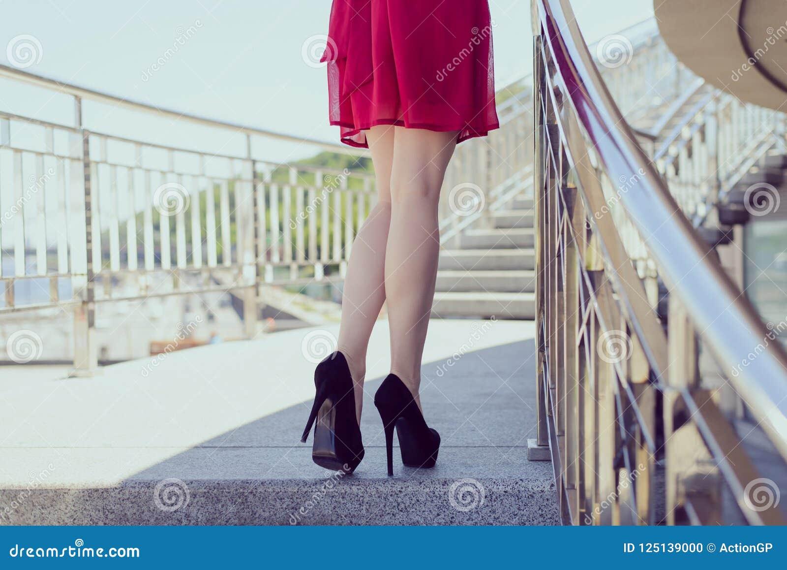 La presa delle natiche dell asino della persona della gente della passeggiata laterale va funzionamento che posa il concetto Elev