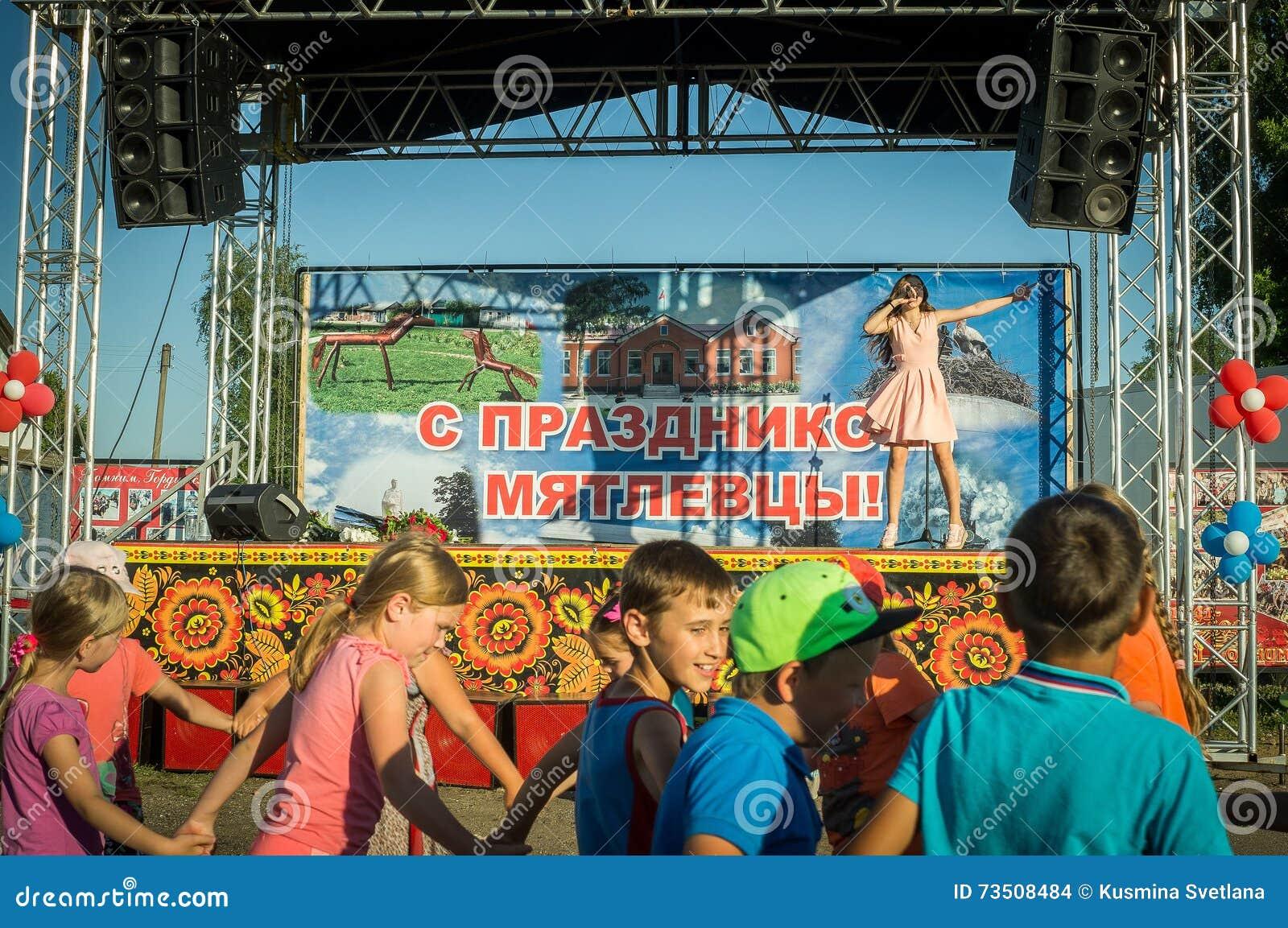 La prestazione di giovane cantante Sony Lapshakova in occasione del giorno della gioventù nella regione di Kaluga in Russia il 27