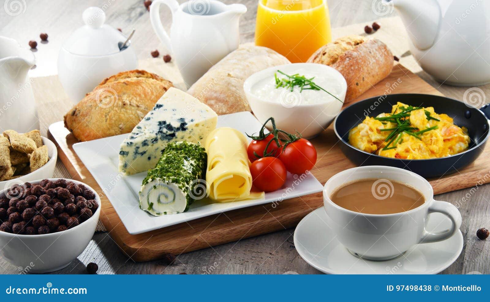 La prima colazione è servito con caffè, formaggio, cereali ed ha rimescolato le uova