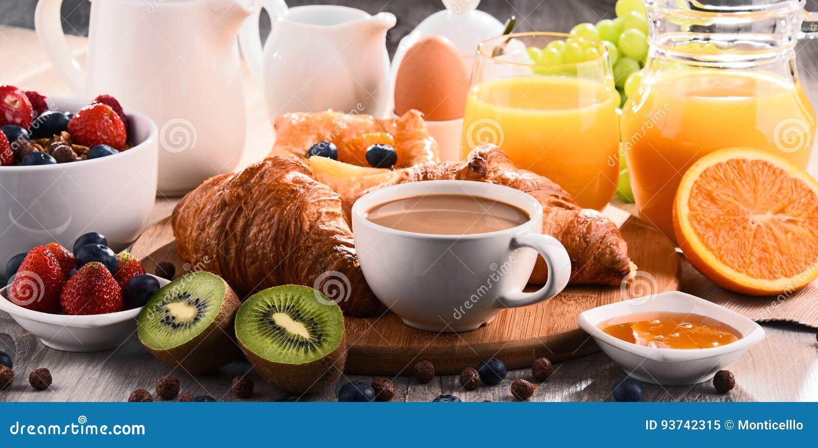 La prima colazione è servito con caffè, succo, i croissant ed i frutti