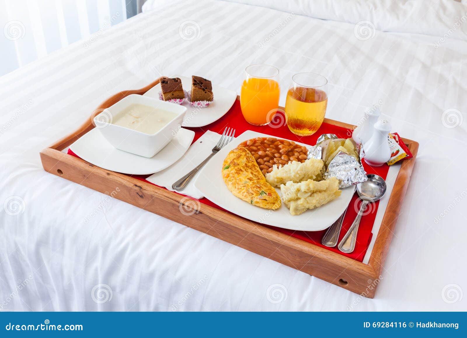La prima colazione ha messo nel servizio di legno del - Colazione a letto immagini ...