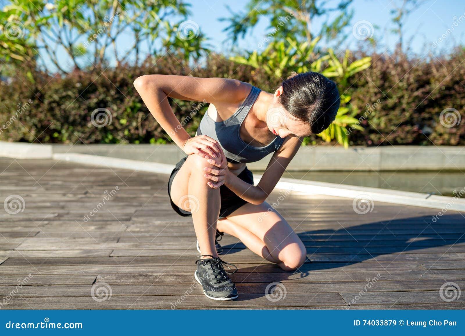 La prise de coureur de femme ses sports a blessé le genou