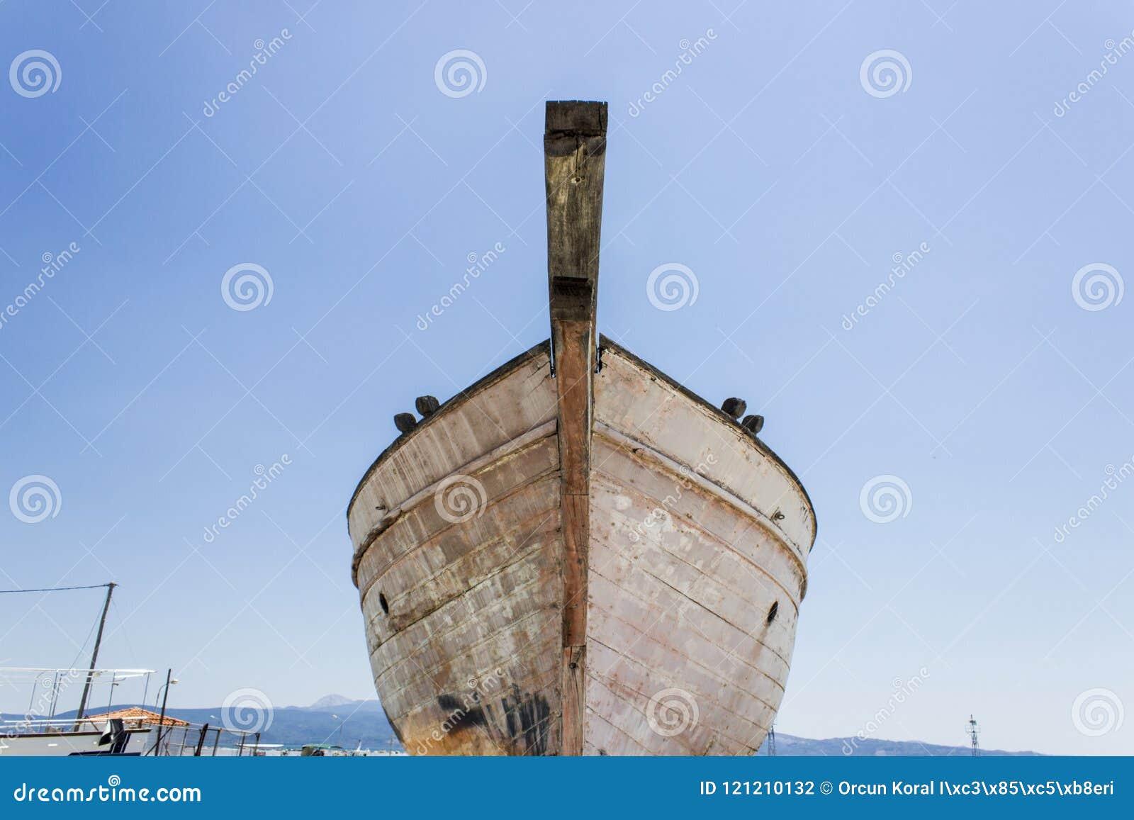 La prospettiva ha sparato del peschereccio della facciata frontale su terra per la verniciatura del tronco a Lesvos, Kalloni