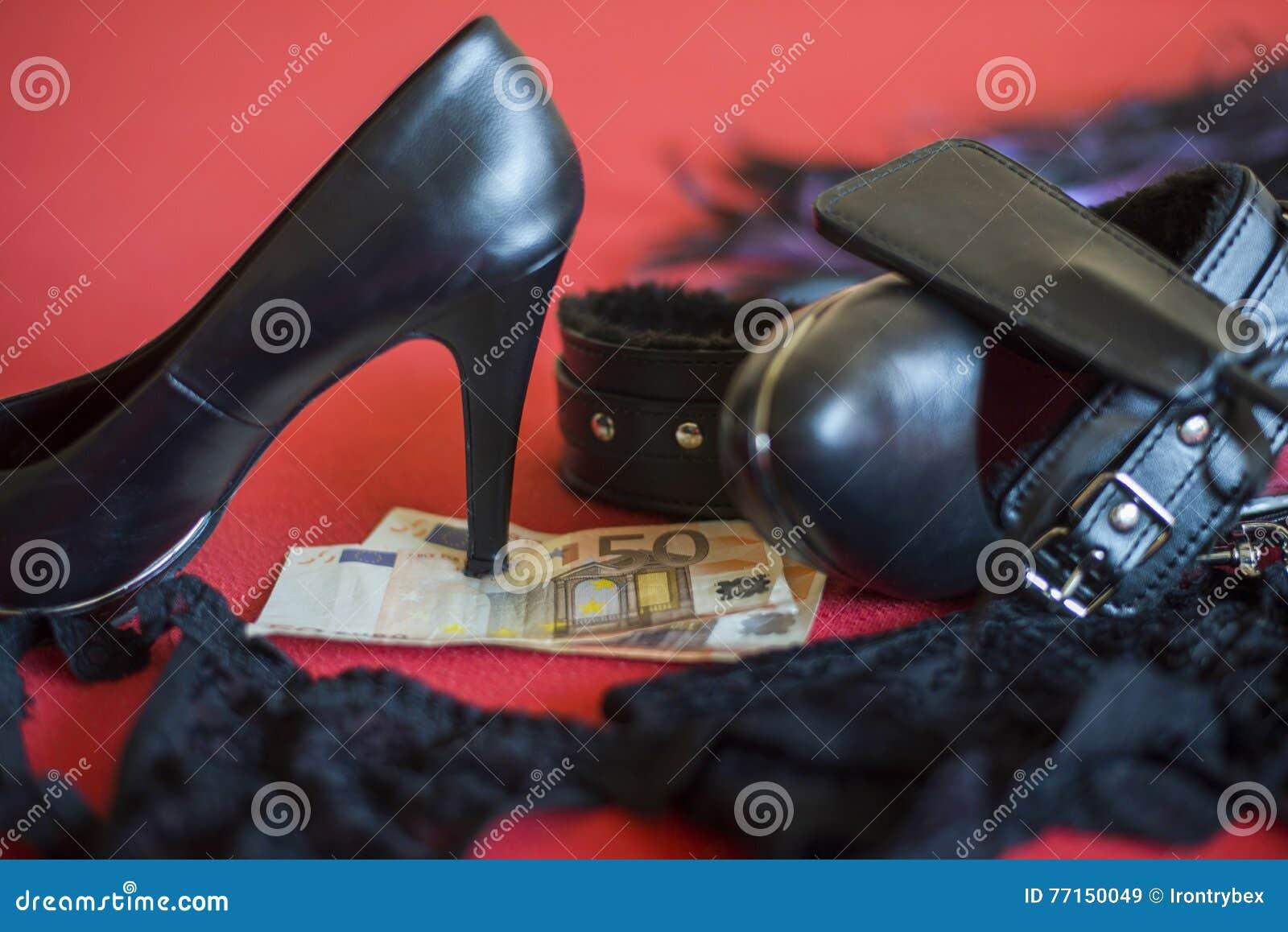 La prostituée ou le concept de strip-tease, banknot de l euro 50 avec le sexe joue sur le lit rouge