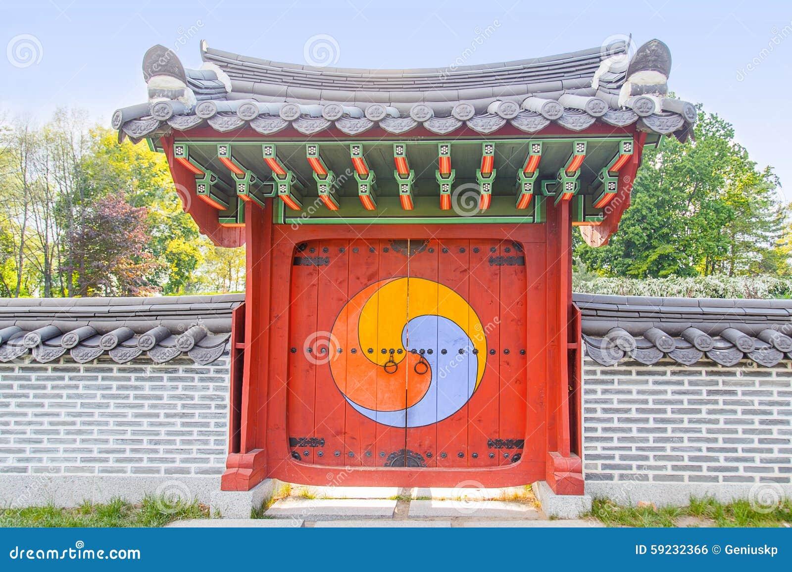 La puerta cerrada grande con un japonés