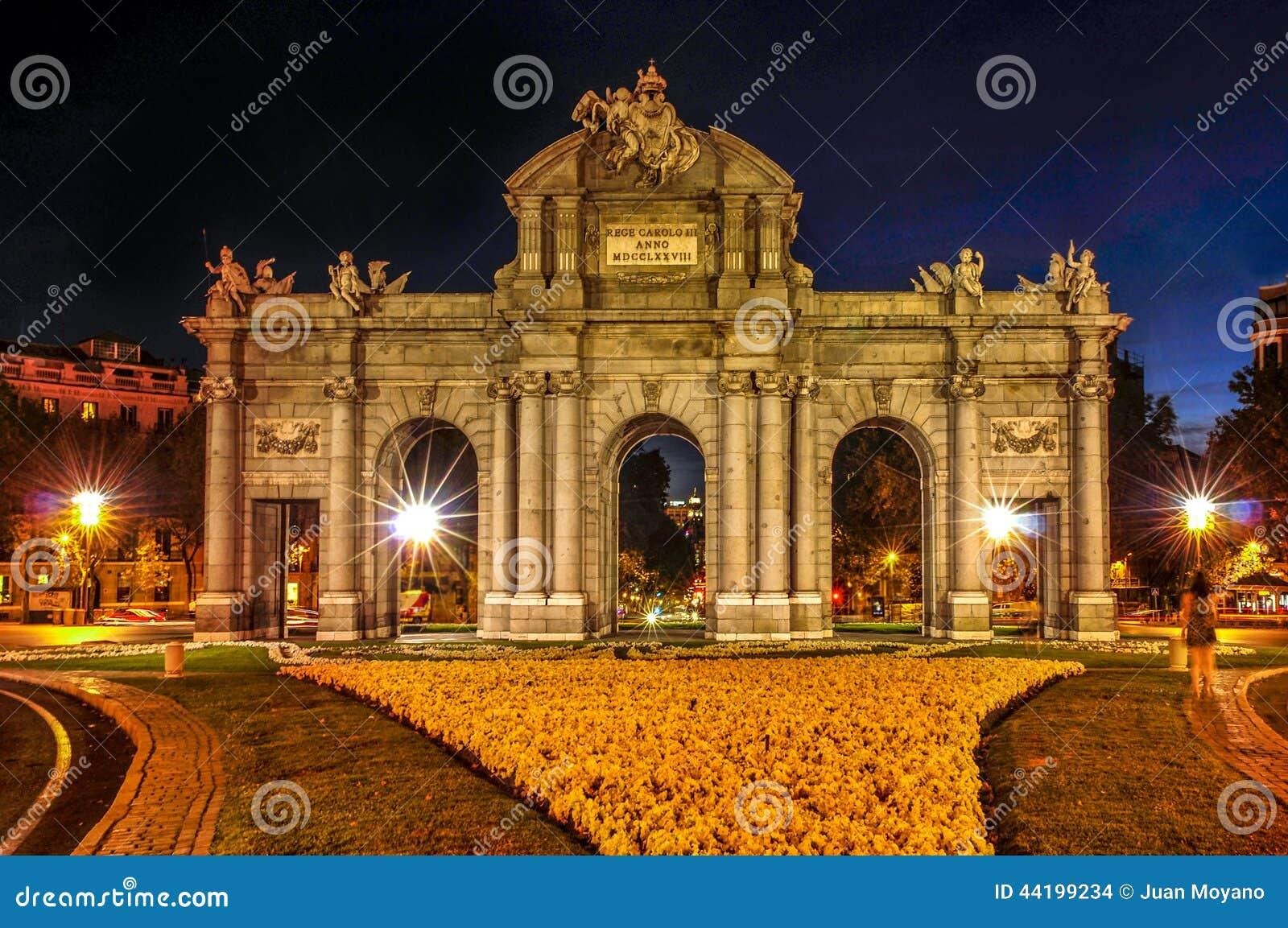 La Puerta De Alcala En Madrid Espa A En La Noche Foto De