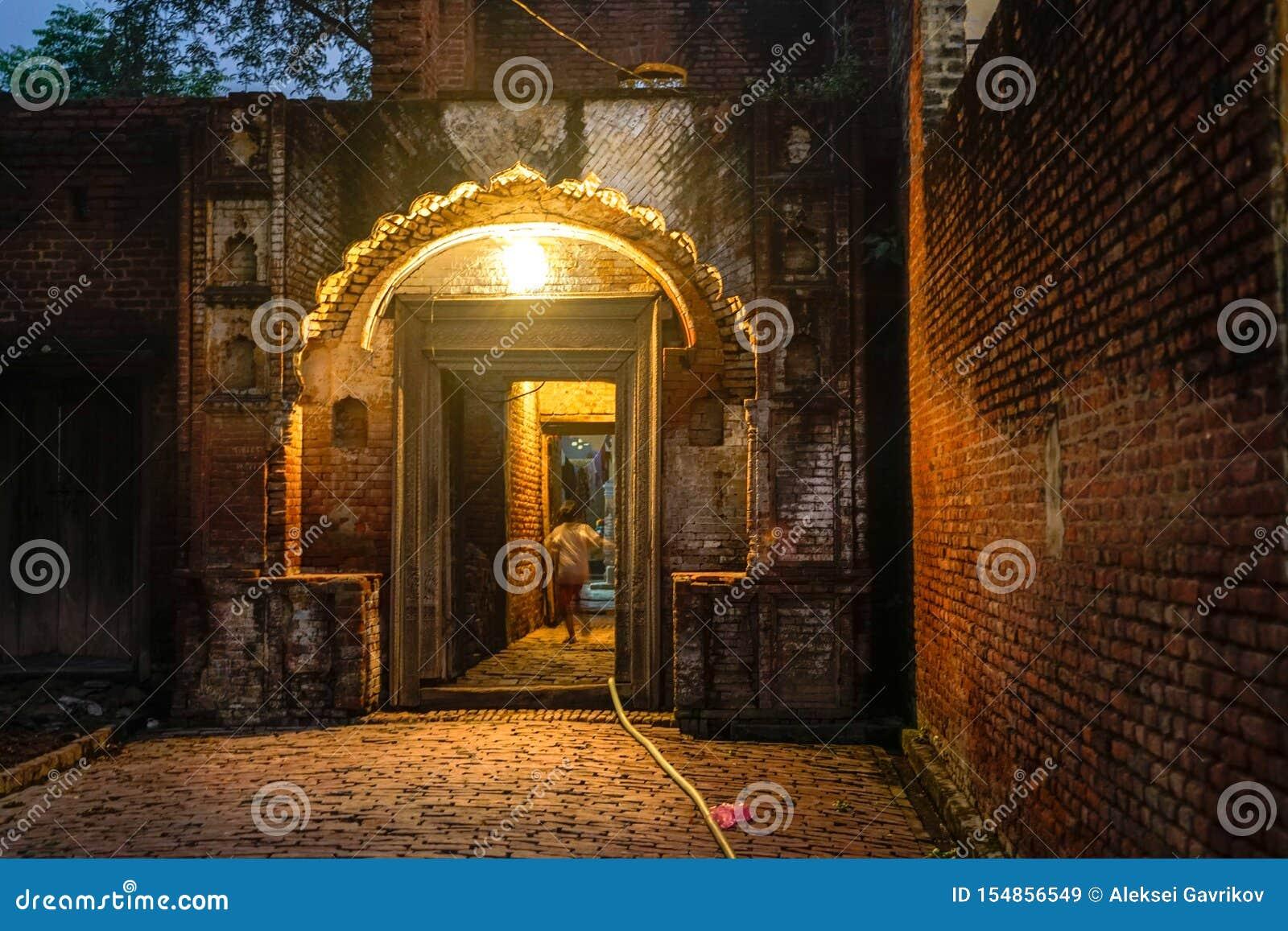 La puerta de la entrada en pequeño pueblo indio