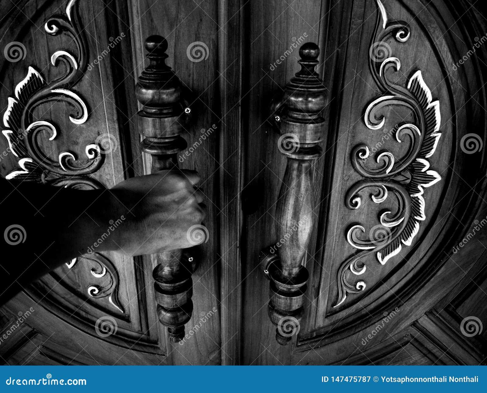 3 la puerta de la mano oscura