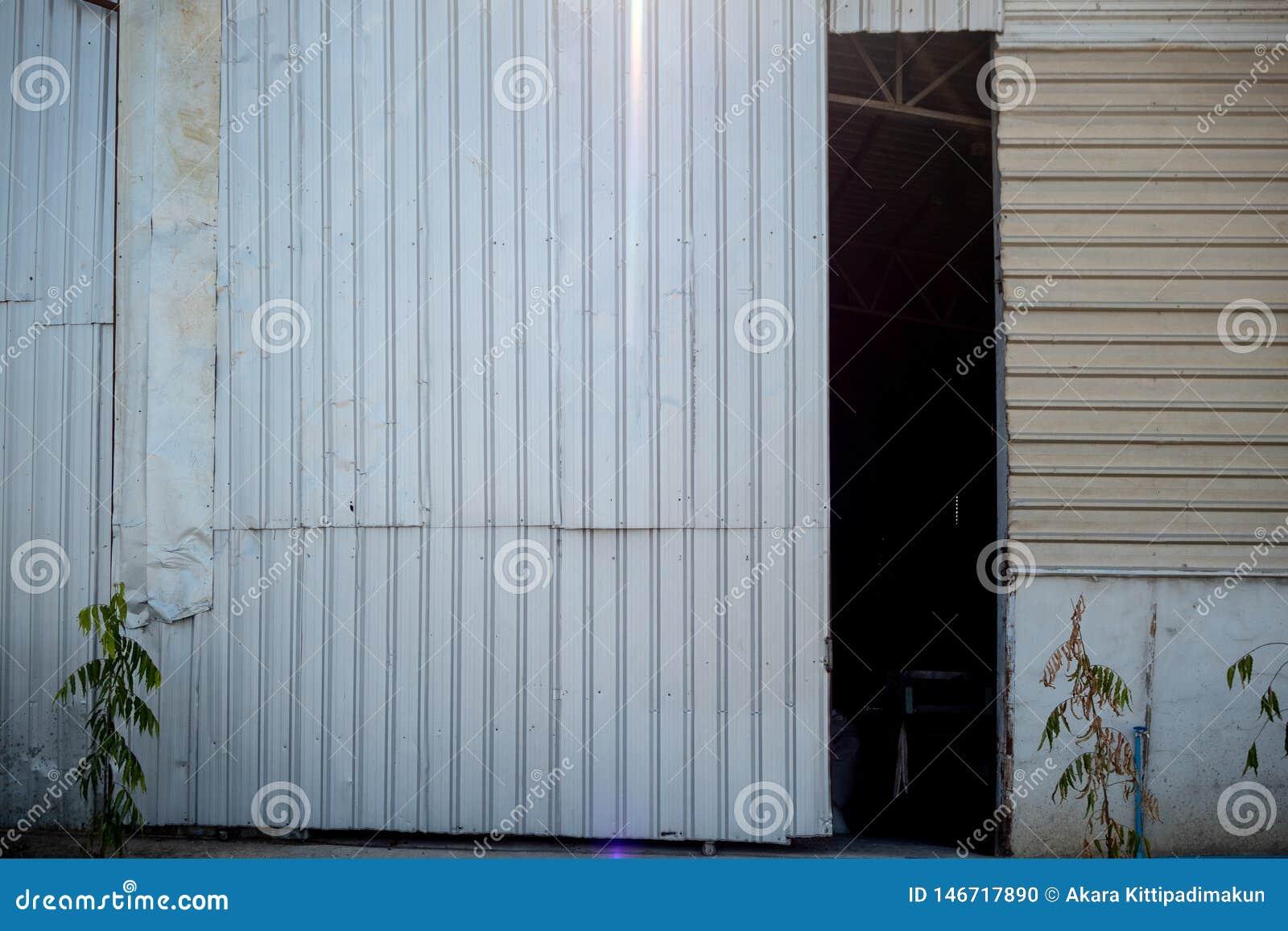 La puerta del almacén que se abre levemente para ver el interior oscuro para el fondo