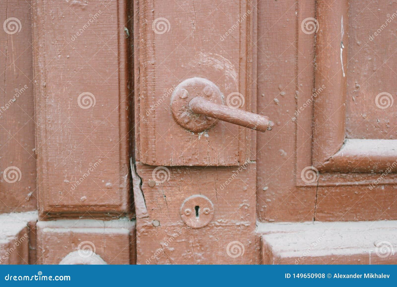 La puerta vieja con el botón de puerta