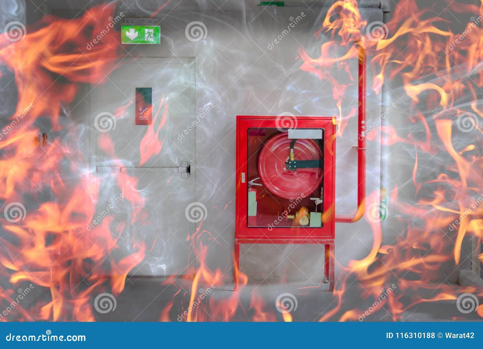 La puerta y el fuego de la salida de socorro extinguen el equipo con la llama
