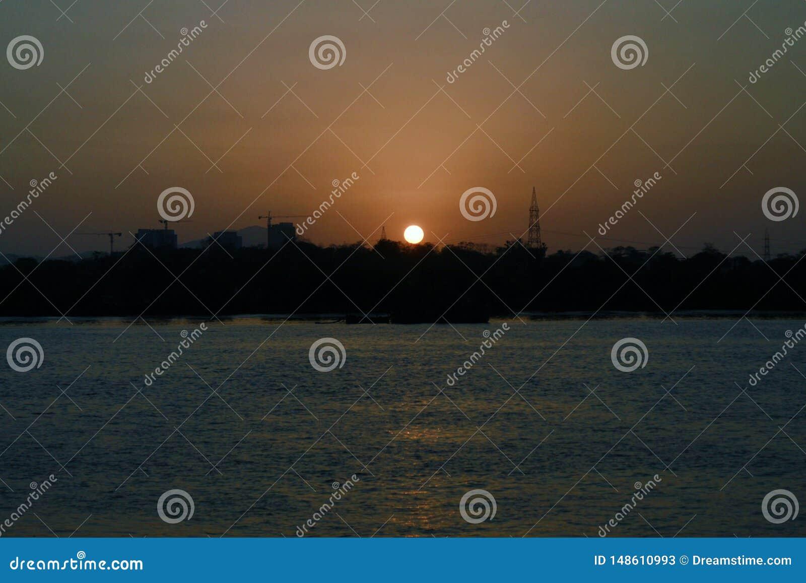 La puesta del sol cerca del río