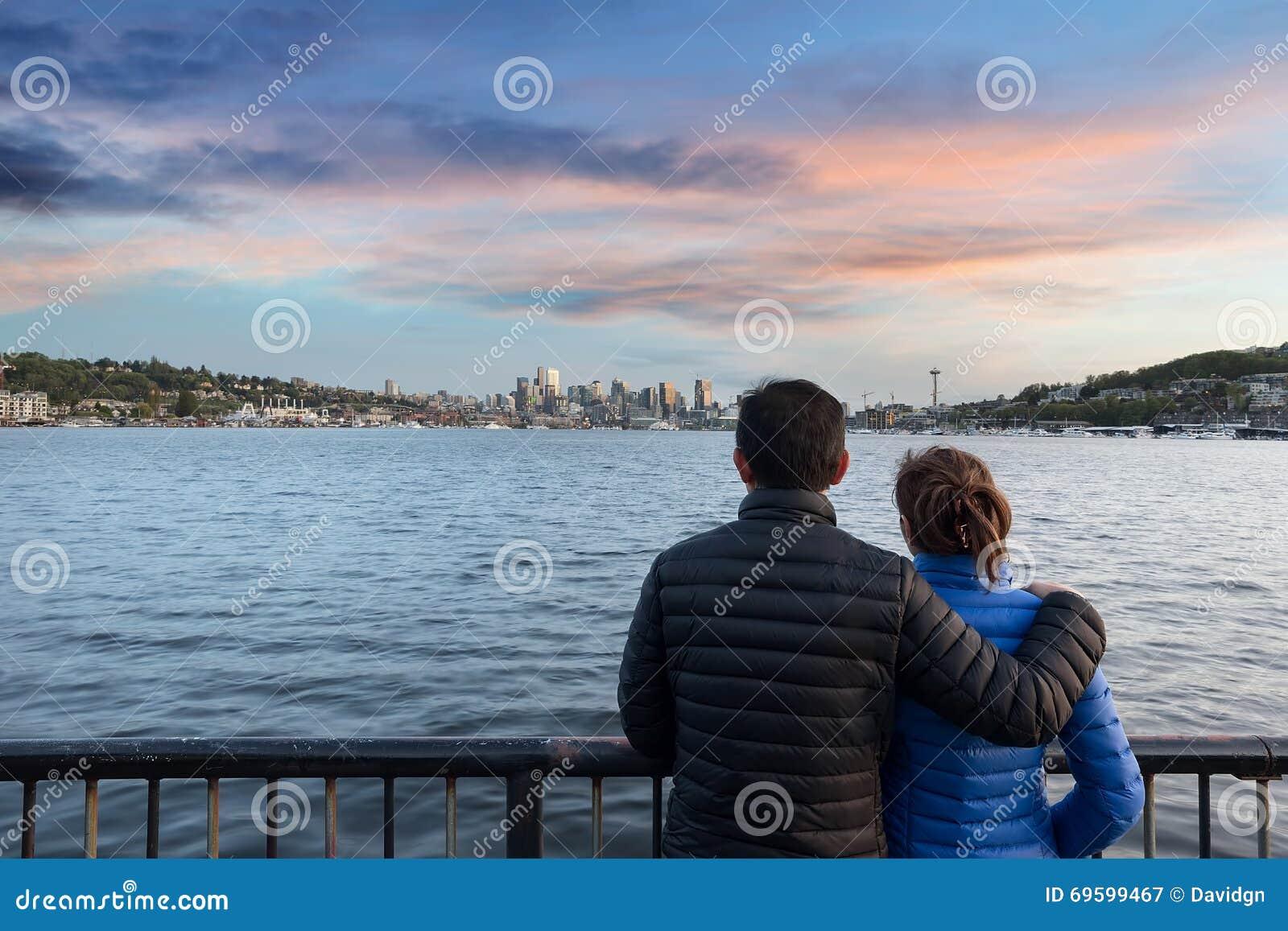 La puesta del sol de observación de los pares en el gas trabaja el parque en Seattle