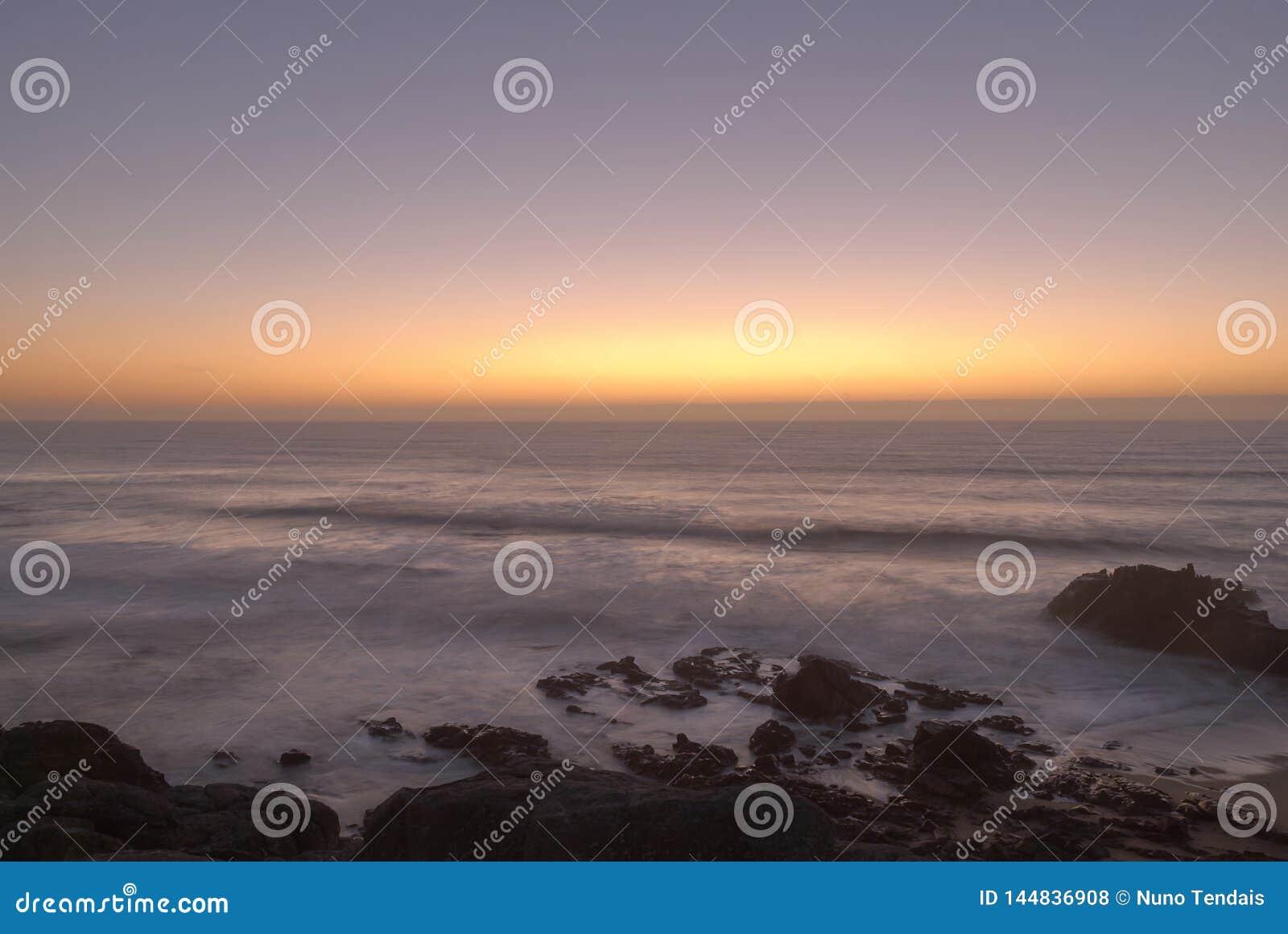 La puesta del sol en el océano