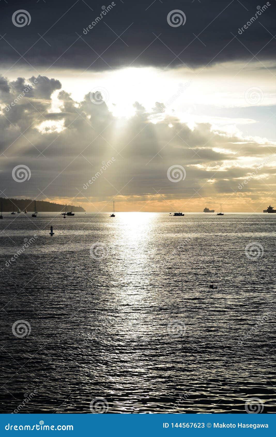 La puesta del sol hermosa en la bahía inglesa Vancouver