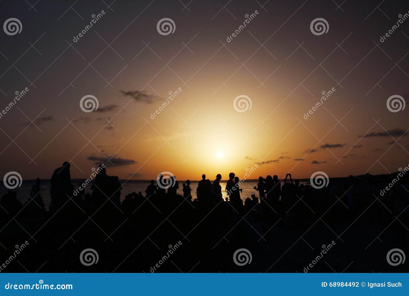 La puesta del sol maravillosa celebró por mucha gente en la barra de distribución de Pirata en Formentera, Balearic Island, Españ