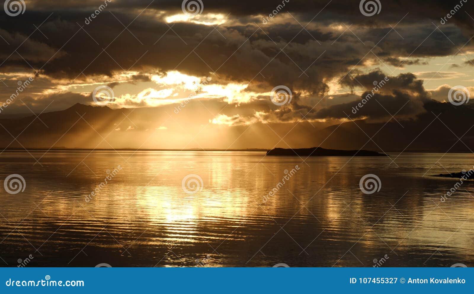 La puesta del sol sobre la bahía cerca de Hofn