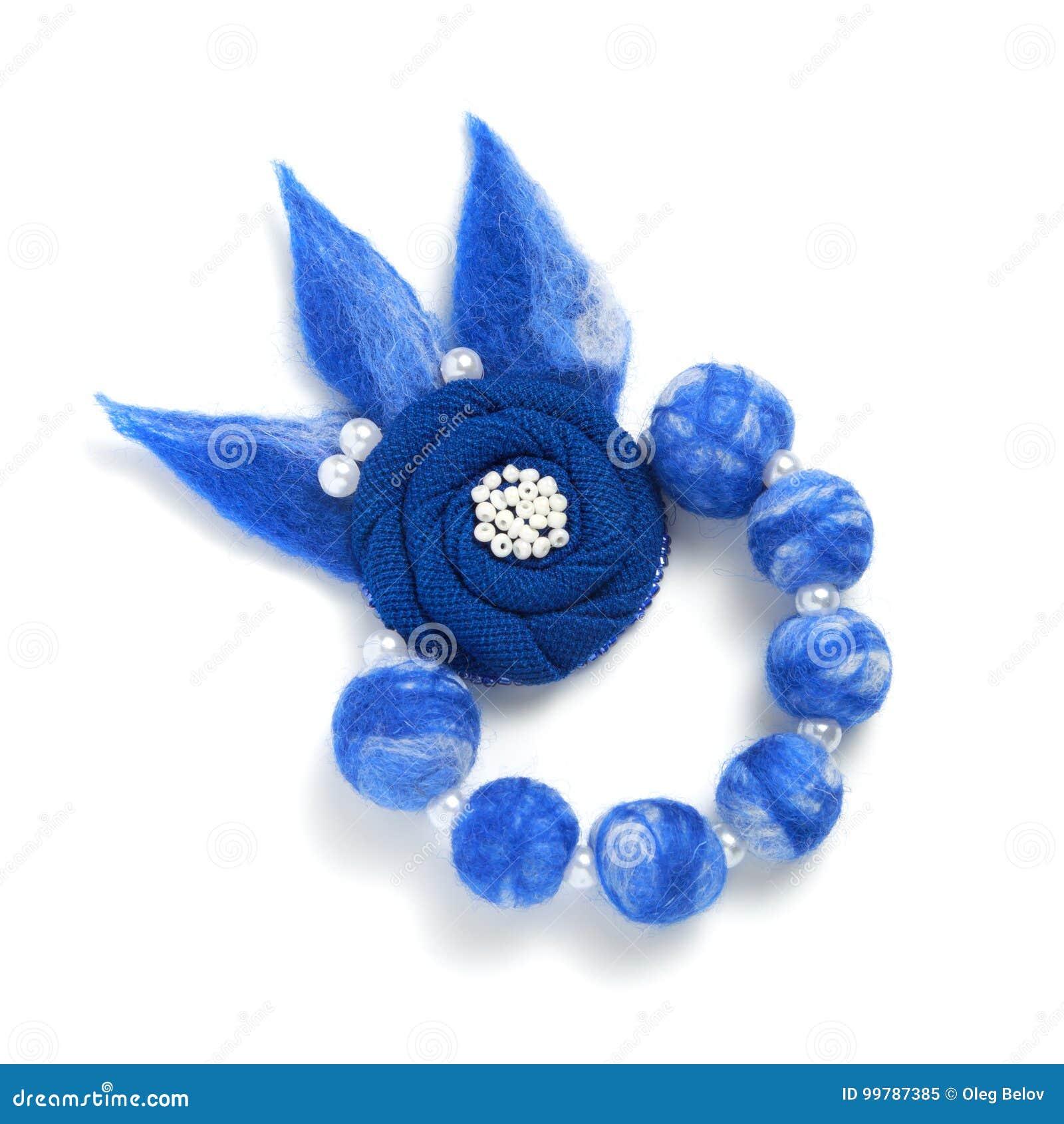 4c835ff62b1a La pulsera hecha a mano bajo la forma de bolas azules y una tela azul  florecen