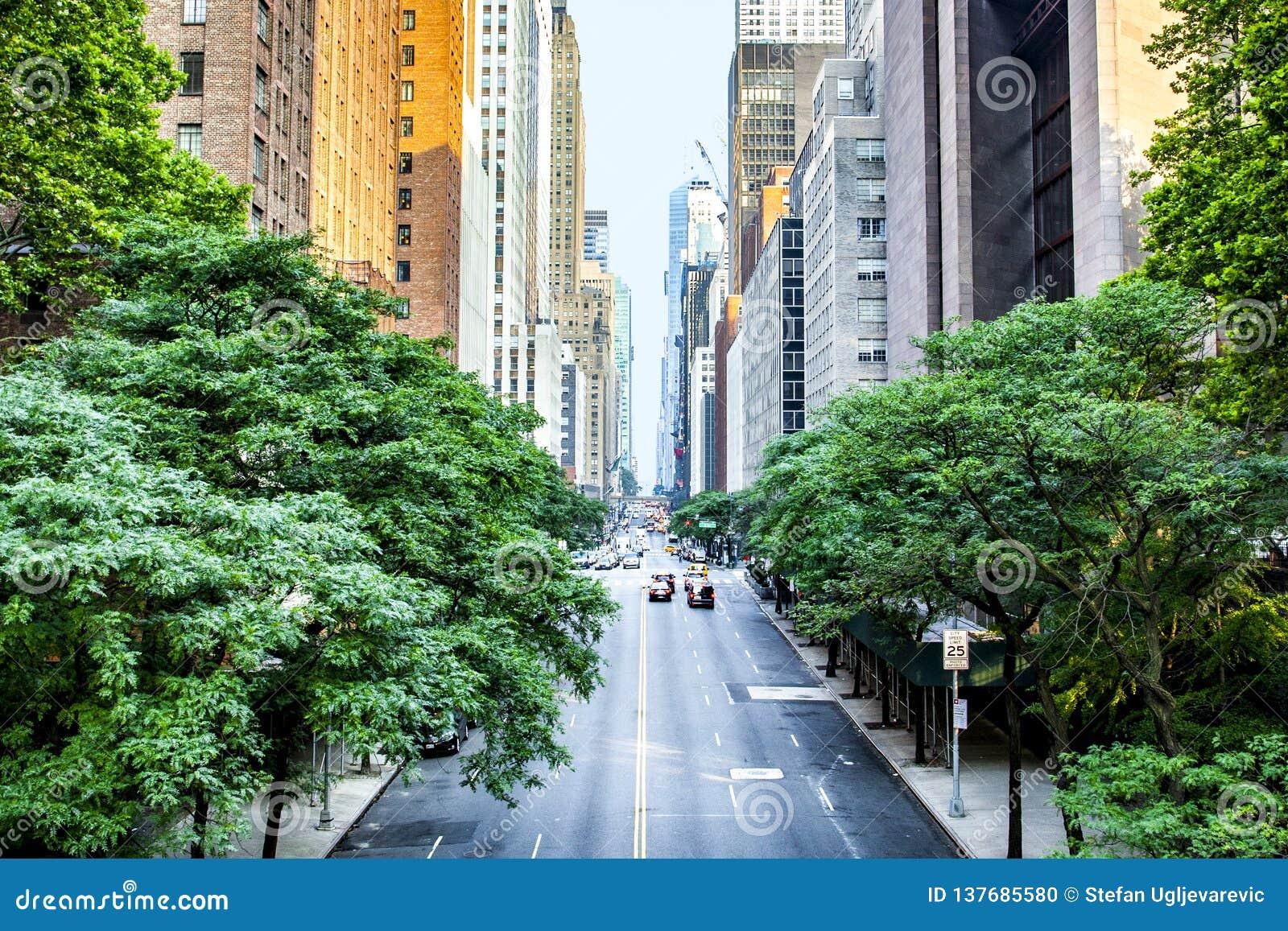 La quarante-deuxième rue, Manhattan a regardé de Tudor City