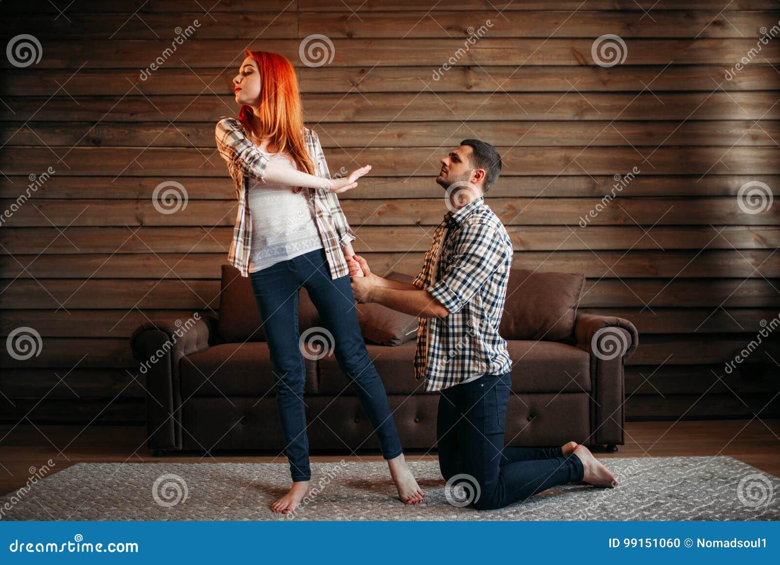 La querelle de famille, homme sur ses genoux fait des excuses