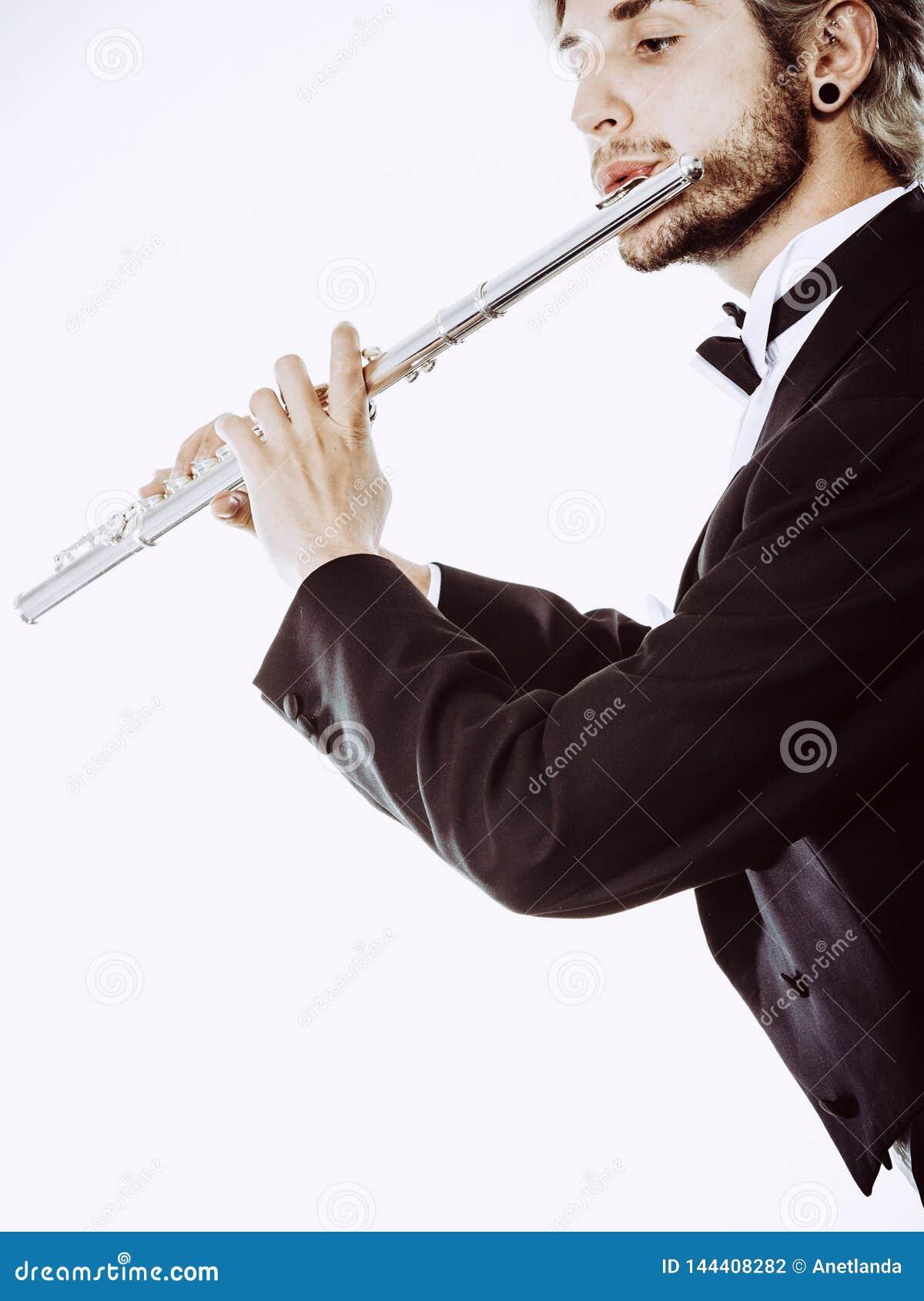 La queue de pie de port de flûtiste masculin joue la cannelure