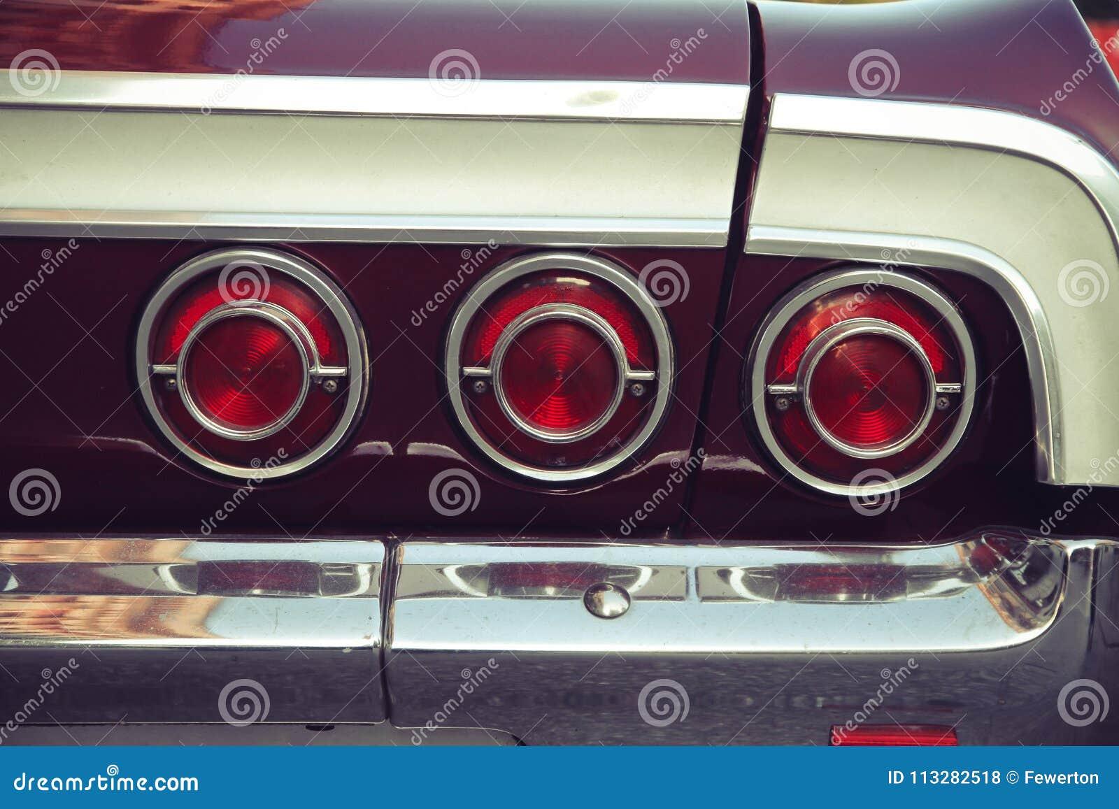 La queue trois arrière rouge s allume d une rétro voiture de vintage avec le regard nostagic