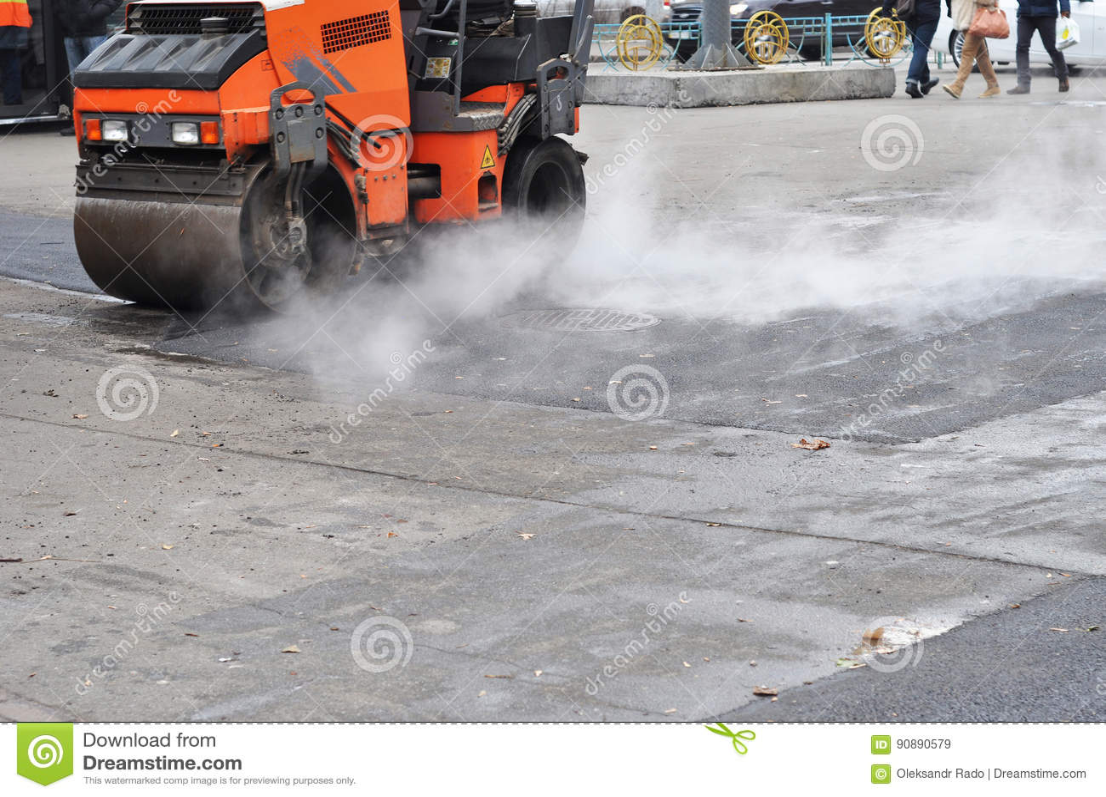 La réparation de route, compacteur étend l asphalte Travaux routiers sur la pose d un sphalt Réparez le trottoir et étendre la mé