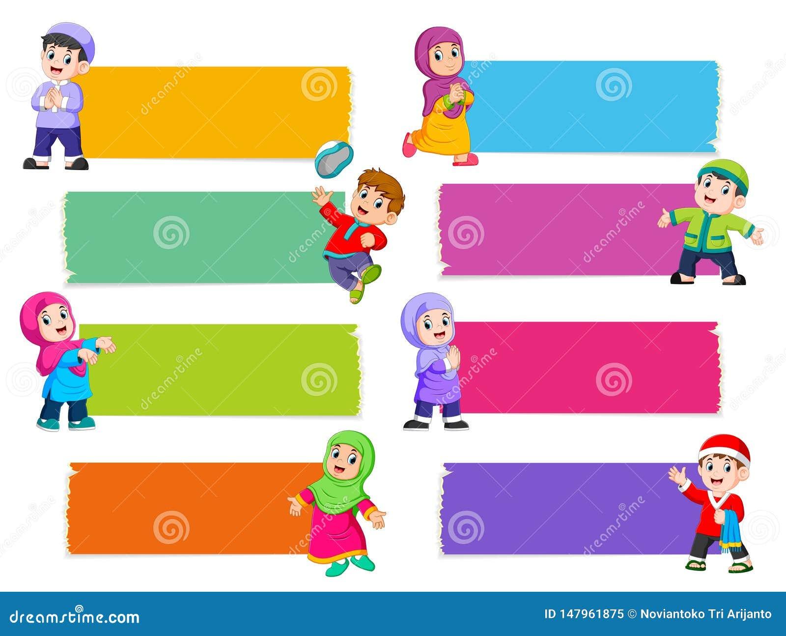 La raccolta del bordo in bianco con il colore differente con i bambini islamici