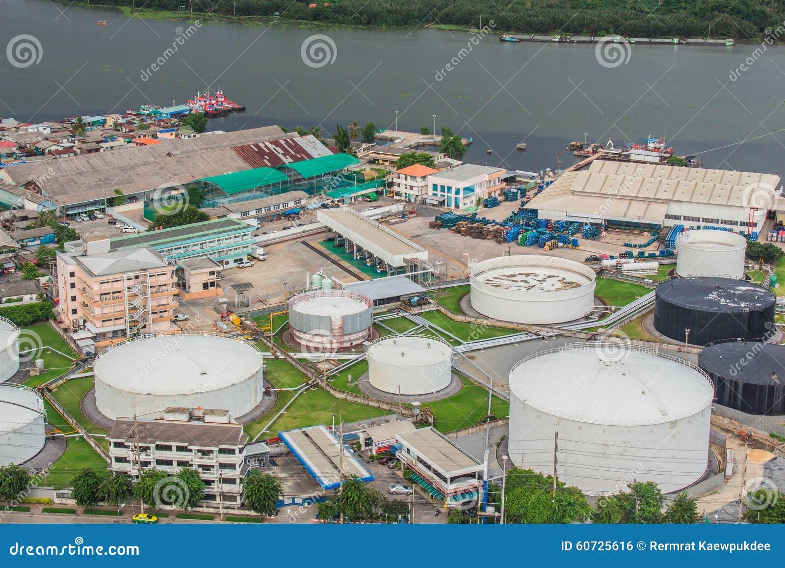 La raffinerie à la rivière en Thaïlande