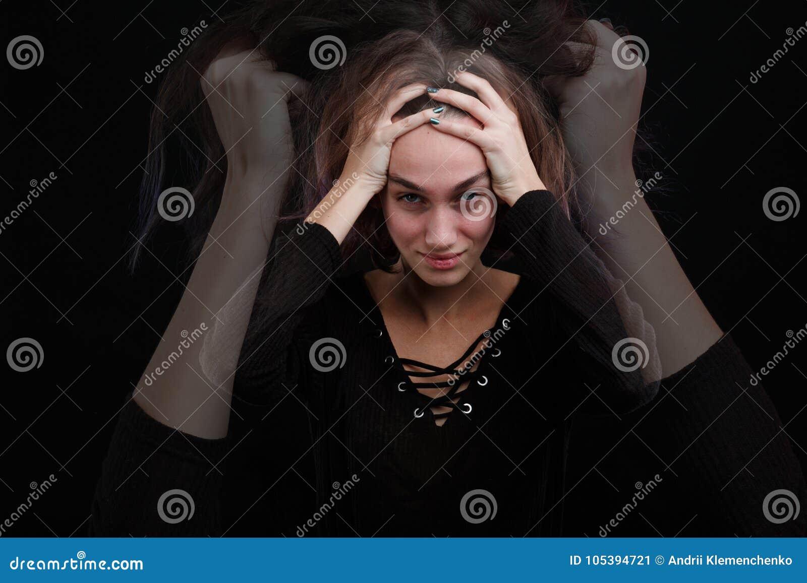 La ragazza è alta sulla testa su un fondo nero