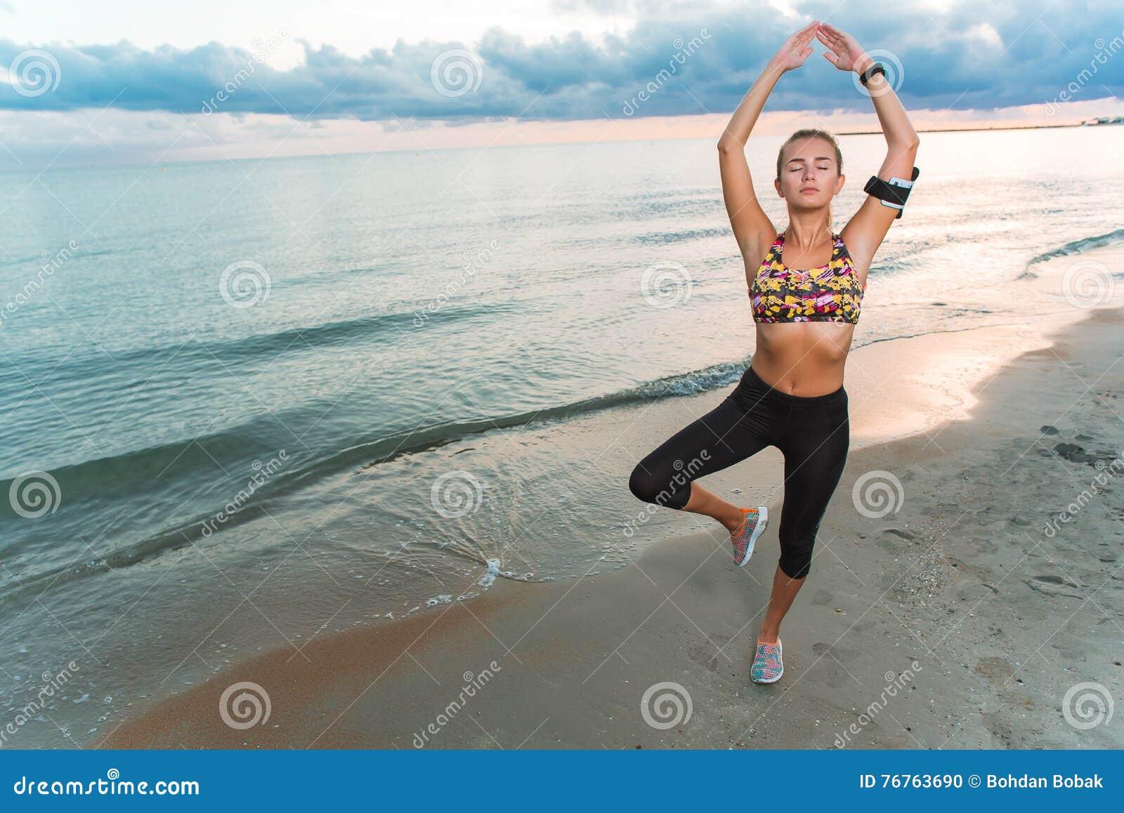Ragazza Che Fa Gli Esercizi Fisici Alla Spiaggia Di