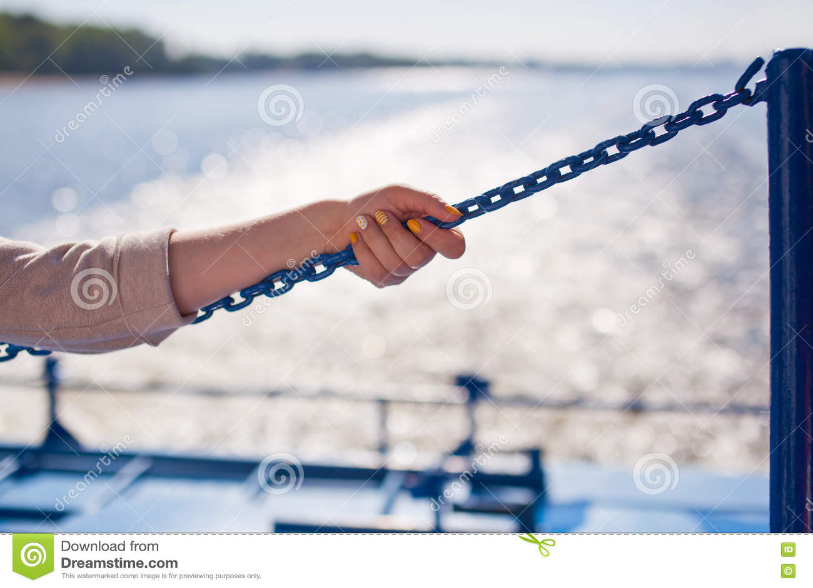La ragazza aderisce alla catena sul fondo del fiume