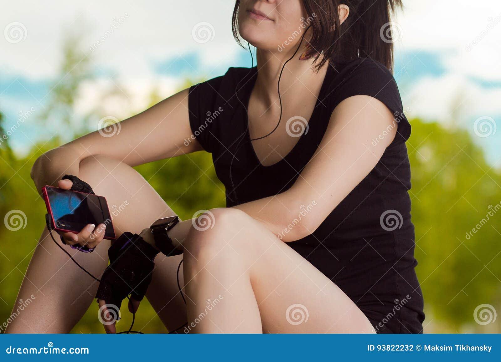 La ragazza ascolta musica durante l allenamento
