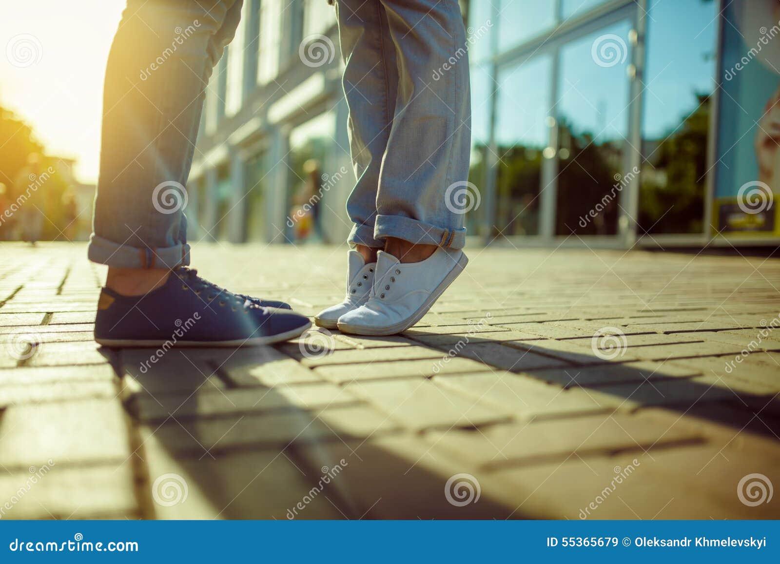La ragazza bacia il tipo Posizione dei piedi